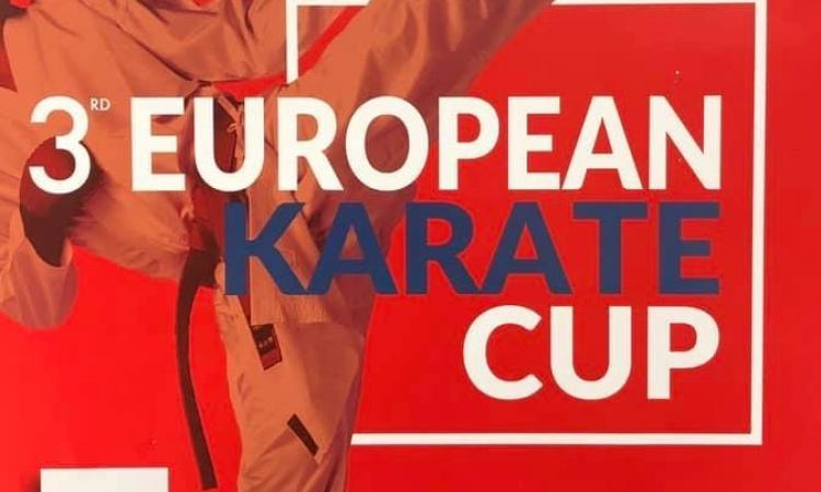 Un premio ai vincitori della European Karate Cup